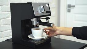 Przygotowanie aromatyczna kawa Kobiet ręki przygotowywa napój zbiory wideo
