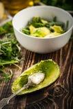 Przygotowanie avocados w zielonej sałatce Zdjęcie Royalty Free