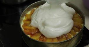 Przygotowanie cheesecake Sumująca biała śmietanka na kawałkach karmelizować brzoskwinie zbiory wideo