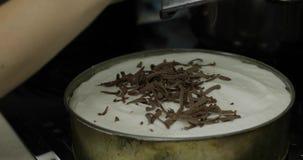 Przygotowanie cheesecake Sumująca czekolada na torcie z śmietanką zdjęcie wideo
