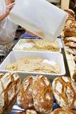 Przygotowanie ciasto dla ugniatać i piec zdjęcie stock