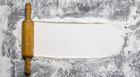 Przygotowanie ciasto Toczna szpilka z mąką na kamiennym tle Obraz Stock