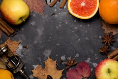 Przygotowanie czerwień rozmyślający wino z pomarańcze, jabłko, cynamon, korzenny jesień napój Odbitkowa przestrze? dla teksta, od obraz royalty free