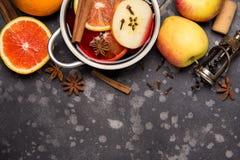 Przygotowanie czerwień rozmyślający wino z pomarańcze, jabłko, cynamon, korzenny jesień napój w niecce Odbitkowa przestrze? dla t zdjęcie royalty free