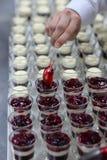 Przygotowanie deser w kuchni zdjęcia stock