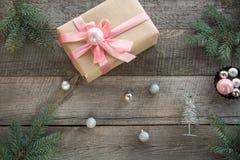 Przygotowanie dla Bożenarodzeniowego wakacje Bożenarodzeniowy prezenta pudełko z różowym faborkiem i wystrojem Odgórnego widoku i Zdjęcie Stock