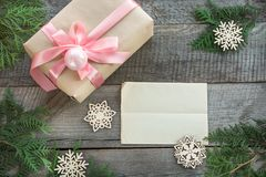 Przygotowanie dla Bożenarodzeniowego wakacje Bożenarodzeniowy prezenta pudełko z różowym faborkiem i wystrojem Puste miejsce dla  Obraz Royalty Free