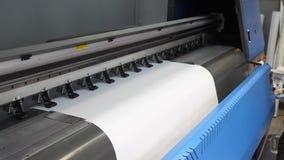 Przygotowanie dla formata inkjet drukowej prasy Męskie ręki pracownik wkładają czystego drukowego papier w zbiory