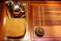 Przygotowanie dla herbacianej ceremonii Pielucha, teapot, zabawka dla herbacianej ceremonii na drewnianej desce Zdjęcia Royalty Free