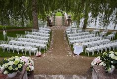 Przygotowanie dla ślubnej ceremonii plenerowego pobliskiego jeziora Obraz Stock