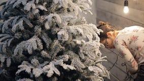 Przygotowanie dla nowego roku, dekoracje, jarzy się elektryczne girlandy zdjęcie wideo
