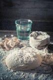 Przygotowanie dla piec domowej roboty i świeżego ciasto dla chleba Fotografia Royalty Free