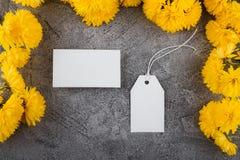 Przygotowanie dla tworzenia korporacyjny styl Wizytówka i Pusta etykietka Kwiatu projekt, jaskrawy żółty kolor Mockup fotografia royalty free