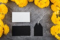 Przygotowanie dla tworzenia korporacyjny styl Wizytówka i Pusta etykietka Kwiatu projekt, jaskrawy żółty kolor Mockup obraz royalty free