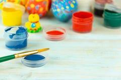 Przygotowanie dla Wielkanocnego ustawiającego dla farbować jajka na rustik tle obraz royalty free