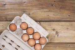 Przygotowanie domowej roboty torty na drewnianym tle Składniki, akcesoria i Jajka w pudełku i zdjęcie stock