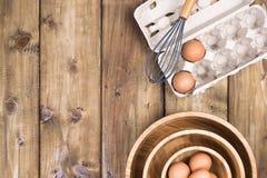 Przygotowanie domowej roboty torty na drewnianym tle Składniki, akcesoria i Puchar, jajka i obrazy stock