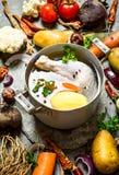 Przygotowanie fragrant kurczak polewka z świeżymi warzywami Fotografia Royalty Free