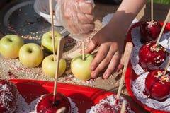 Przygotowanie i sprzedawanie karmelu jabłka deser Obraz Stock