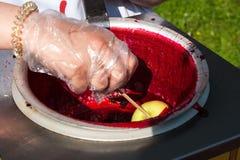 Przygotowanie i sprzedawanie karmelu jabłka deser Obrazy Royalty Free