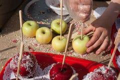 Przygotowanie i sprzedawanie karmelu jabłka deser Obrazy Stock
