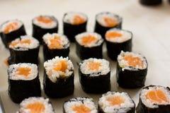Przygotowanie japończyk rolki od łososia Rolki na metal tacy zdjęcie royalty free