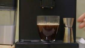 Przygotowanie kawa w kawowej maszynowej kawie espresso, zamyka up Świeża kawa od kawowej maszyny płynie w a zdjęcie wideo