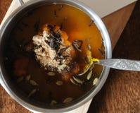 Przygotowanie korzenny dyniowy syrop z pikantność Kardamon w fasolach, zmielonym imbize i cloves, Fotografia Royalty Free