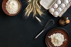 Przygotowanie kuchennego stołu kulinarny wypiekowy brąz rozdaje artykuły świeżego sklepu spożywczego różnych składniki: jajka, mą Obraz Stock