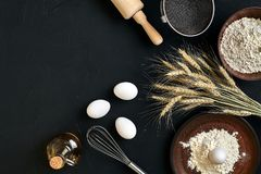 Przygotowanie kuchennego stołu kulinarny wypiekowy brąz rozdaje artykuły świeżego sklepu spożywczego różnych składniki: jajka, mą Zdjęcie Stock