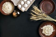Przygotowanie kuchennego stołu kulinarny wypiekowy brąz rozdaje artykuły świeżego sklepu spożywczego różnych składniki: jajka, mą Fotografia Stock