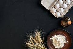 Przygotowanie kuchennego stołu kulinarny wypiekowy brąz rozdaje artykuły świeżego sklepu spożywczego różnych składniki: jajka, mą Obraz Royalty Free
