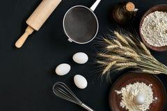 Przygotowanie kuchennego stołu kulinarny wypiekowy brąz rozdaje artykuły świeżego sklepu spożywczego różnych składniki: jajka, mą Fotografia Royalty Free