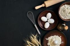 Przygotowanie kuchennego stołu kulinarny wypiekowy brąz rozdaje artykuły świeżego sklepu spożywczego różnych składniki: jajka, mą Zdjęcia Royalty Free