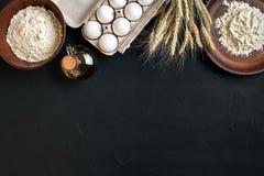 Przygotowanie kuchennego stołu kulinarny wypiekowy brąz rozdaje artykuły świeżego sklepu spożywczego różnych składniki: jajka, mą Obrazy Stock