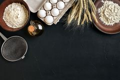 Przygotowanie kuchennego stołu kulinarny wypiekowy brąz rozdaje artykuły świeżego sklepu spożywczego różnych składniki: jajka, mą Obrazy Royalty Free