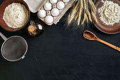 Przygotowanie kuchennego stołu kulinarny wypiekowy brąz rozdaje artykuły świeżego sklepu spożywczego różnych składniki: jajka, mą Zdjęcia Stock
