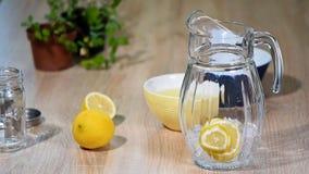 Przygotowanie lemoniada od cytryny i mennicy w szklanej butelce w lekkiej kuchni zbiory