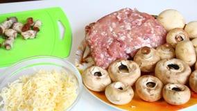 Przygotowanie mięso i warzywa w piekarniku Świeży pieczarka stojak na stole, znakomitych grulach i wypiekowej tacy, Także soczyst zdjęcie wideo
