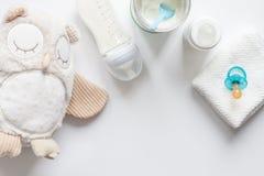 Przygotowanie mikstury dziecka karmienie na białego tła odgórnym widoku zdjęcia royalty free