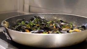 Przygotowanie mussels Szef kuchni gotuje mussels z białym winem swobodny ruch zbiory