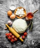 Przygotowanie pizza Różnorodni składniki dla kulinarnej pizzy zdjęcie stock