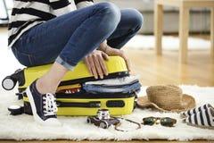 Przygotowanie podróży walizka w domu Fotografia Stock