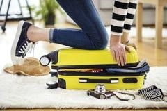 Przygotowanie podróży walizka w domu Zdjęcia Stock