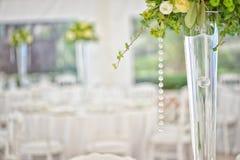 Przygotowanie restauraci stoły dla poślubiać Obrazy Stock
