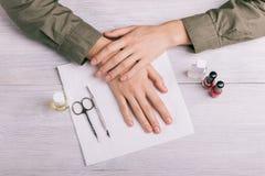 Przygotowanie robić manikiur: Kobiet ręki, butelki laka i o, Obrazy Stock