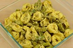 Przygotowanie serowa tortellini i asparagusa pesto potrawka w szklanym pieczenia naczyniu obraz royalty free