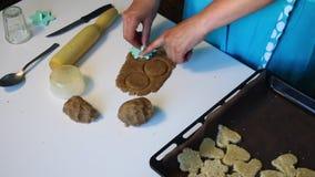 Przygotowanie shortbread ciastka Kobieta z plastikowym znaczkiem stawia wzór na ciastku zbiory