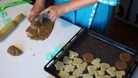 Przygotowanie shortbread ciastka Kobieta z pomocą foremki gniesie out w staczam się zbiory
