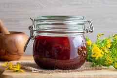 Przygotowanie St John ` s wort olej od St John ` s wort kwitnie zdjęcia stock